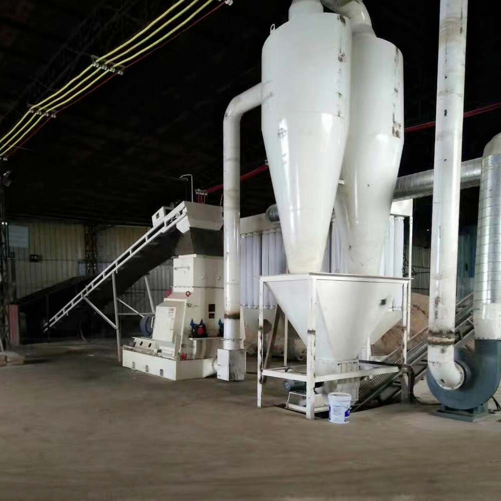 What determines the crushing efficiency of the wood hammer mill